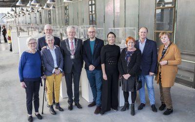 Kunstexpositie van 75 persoonlijke oorlogsverhalen geopend in iconische LocHal Tilburg