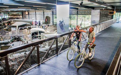 Duizenden fietsers over fietsbrug Oorlogsmuseum Overloon